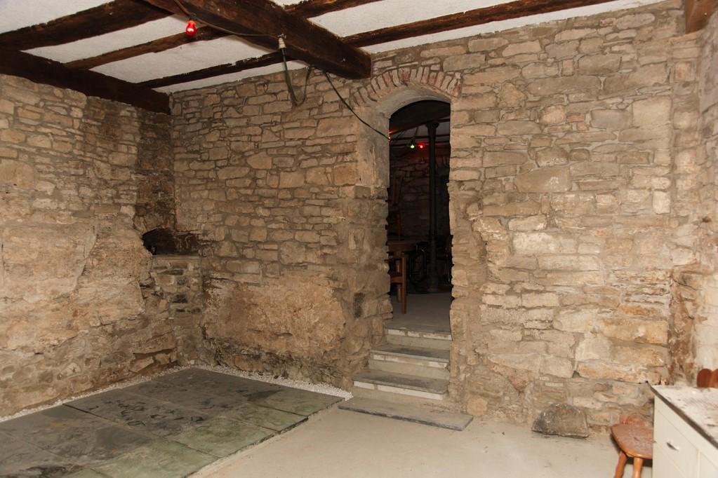 Unter den Glasplatten links 'ruhen' seit dem 17. Jahrhundert zwei hölzerne Fassböden der einstigen Gerberei.