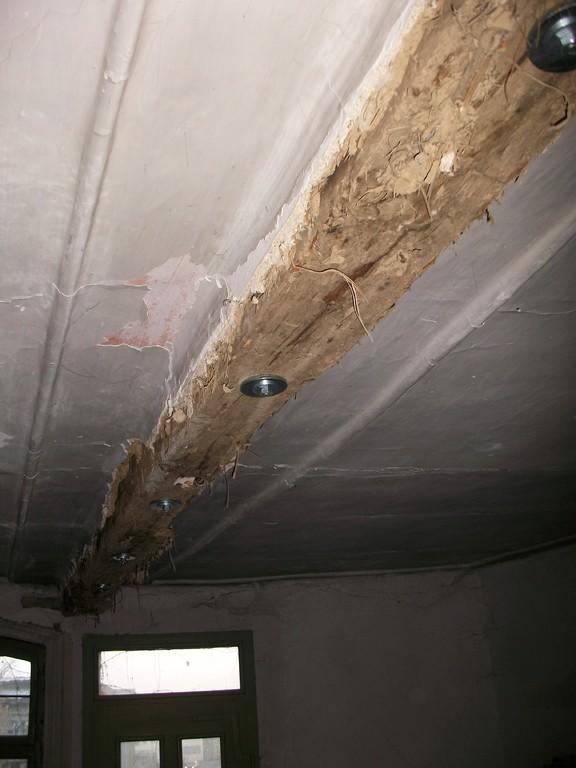 Mittels eines Hebegeräts wird der Deckenbalken im Vorderzimmer des 1.OG hochgeschoben und Schrauben eingebracht.