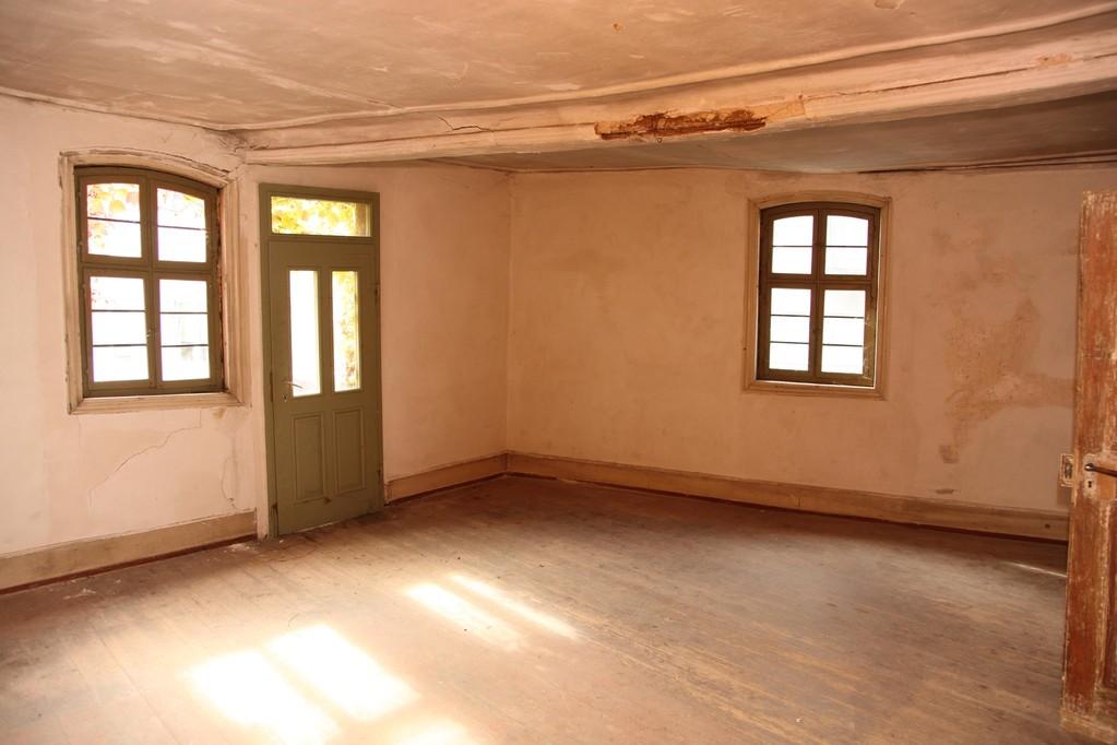 Das Vorderzimmer des 1. Obergeschosses ist lichtdurchflutet und wirkt scheinbar wohnlich, jedoch fehlen Wasser/Abwasser, Strom und die Heizung.