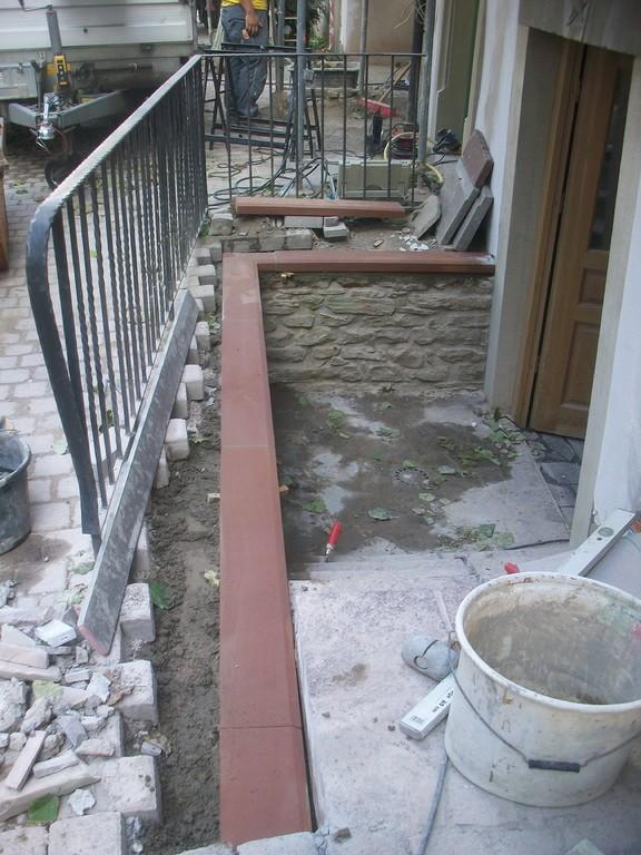 Am Treppenabgang wird das Fundament zur Sandsteinmauer gesetzt.