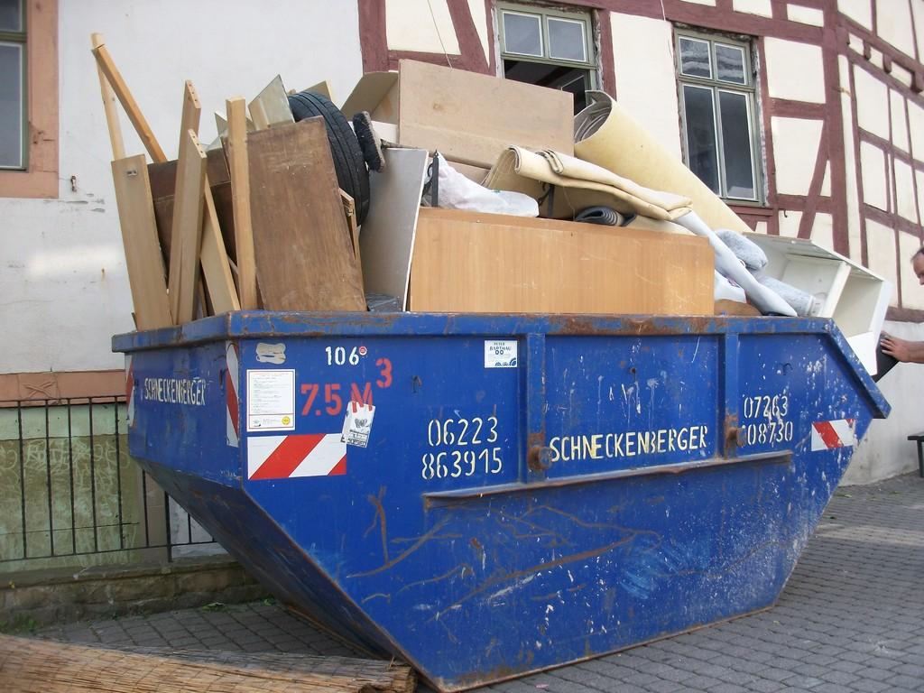Wie sich erahnen lässt, bedarf es zunächst umfangreicher Ausräumarbeiten bis das Haus für die Öffentlichkeit zugelassen werden kann. Zwei große Container werden in 8 Stunden von 5 Helfern gefüllt.