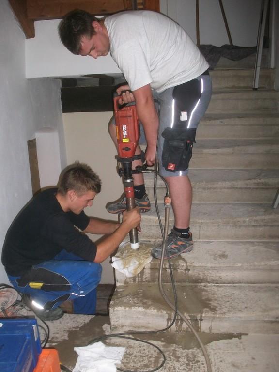 Das Geländer für die Kellertreppe wrid montiert.