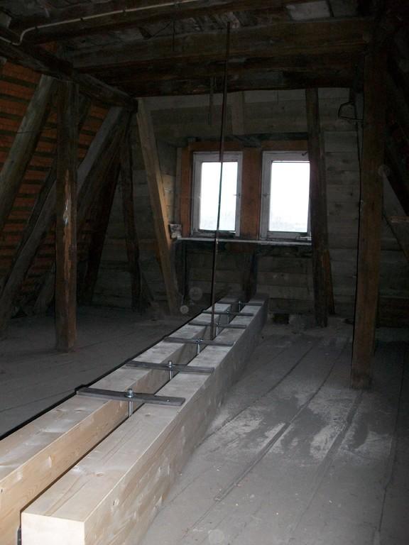 Vom Speicherstock, direkt über dem Frontzimmer gelegen, wird dagegen geschraubt und damit der Balken oben gehalten.