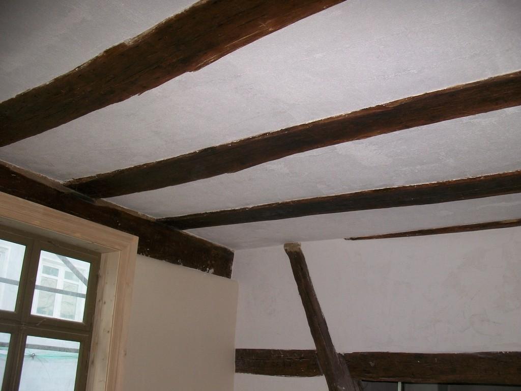 Die Gipserarbeiten im EG schreiten voran: Decke und Wände sind bereits glatt verputzt.