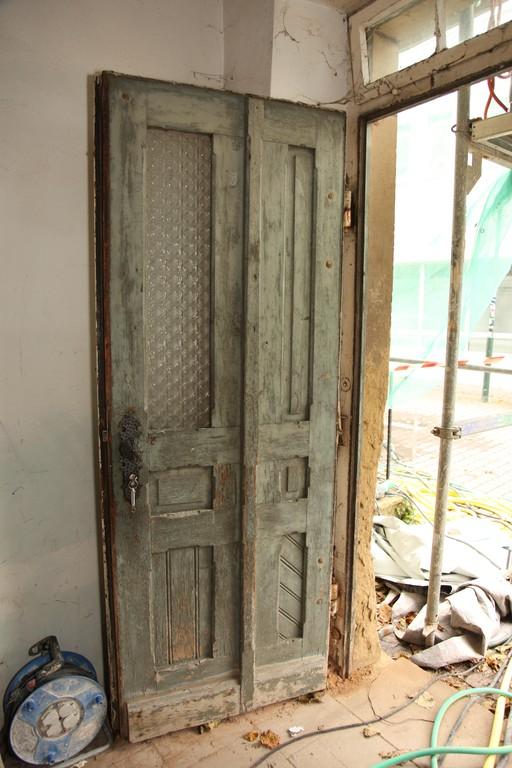 Ein weiterer Eingang (von der Ziegelgasse) weist starke Erosionserscheinungen auf, die Holztür ist brüchig.