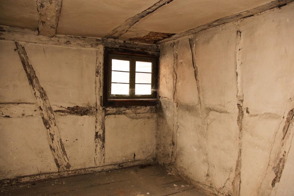 Je höher wir kommen, desto niedriger werden die Räume und desto kleiner die Fenster.