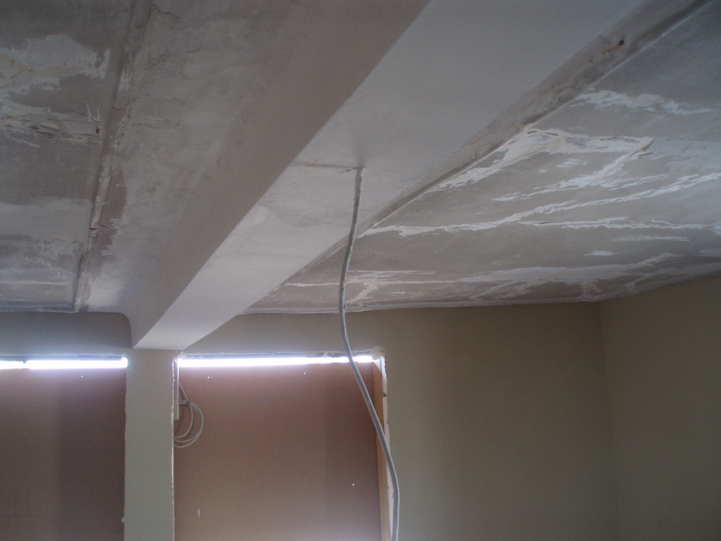 Der einst durchhängende Deckenbalken ist begradigt und verputzt