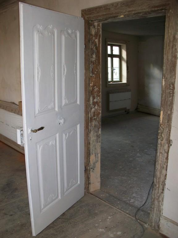 Die Originaltüren im 1. Obergeschoss sind grundiert und schon wieder eingehängt.