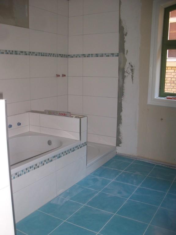 Erinnern wir uns an den Raum, mit Höhenunterscheid von 15 cm, jetzt ein wunderschönes Badezimmer.