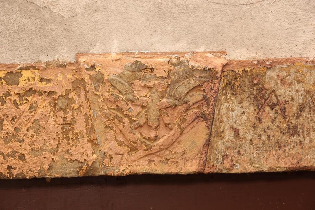 Im September nehmen die Steinmetze im Außenbereich ihre Arbeit auf. Zunächst wird der rote Lack mit einem Sandstrahler entfernt.