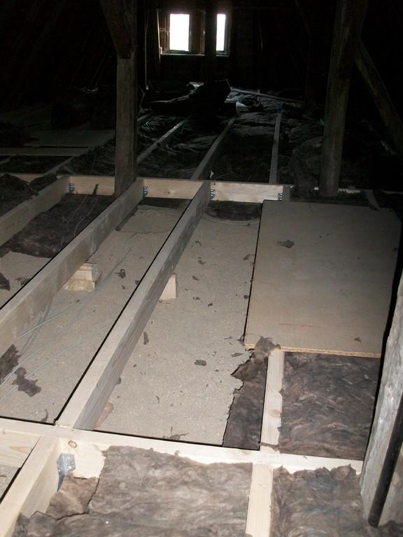 Die lsolierung des Hauses nach oben erfolgt über den Speicher. Hier wird eine 25 cm dicke Isolierschicht aufgebracht.
