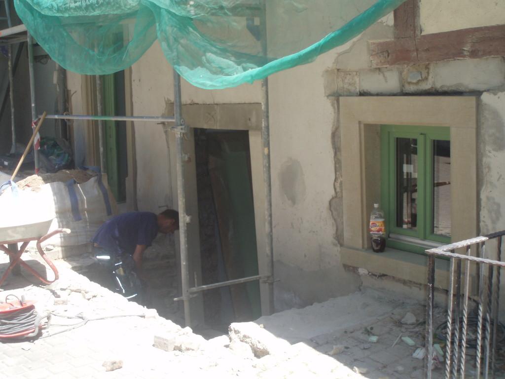Der Eingangsbereich in zukünftigen Gerberkeller wird vorbereitet für die neu zu bauende Tür,