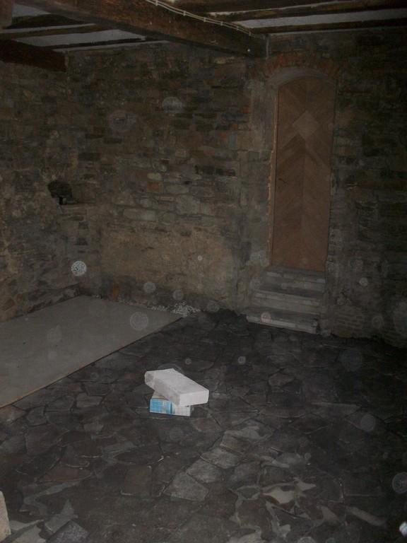 Der urige Keller erhält den passenden Belag. Die Gerberfässer warten noch auf ihre Glasbedeckung.