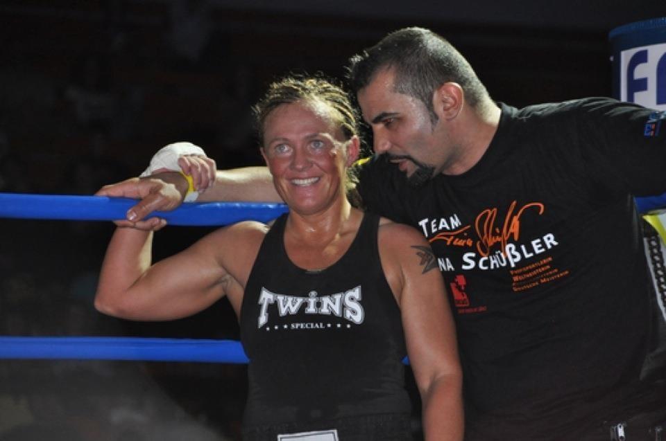 ihr Trainer Sedat Kececi freut sich mit ihr