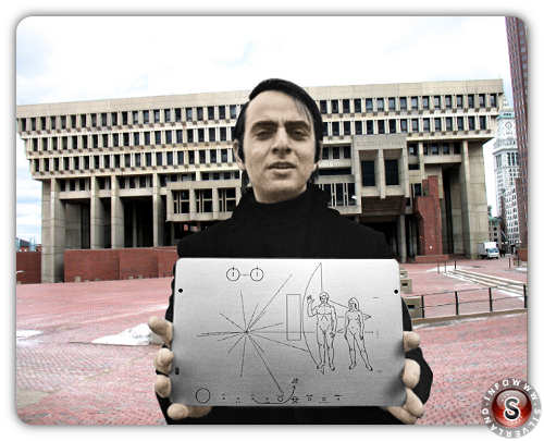 Carl Edward Sagan con una copia della targa applicata sulla sonda Pioneer 10 di fronte al municipio di Boston USA - Version colour by Silverland