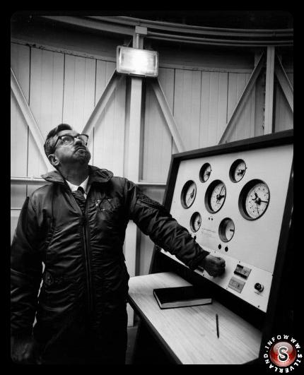 Il vero Hynek, consulente scientifico del Blue Book, in uno dei suoi osservatori negli anni '60. Una volta scettico sugli U.F.O., divenne un credente.
