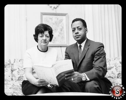Betty e Barney Hill, che affermano di essere stati rapiti dagli alieni nel 1961, in possesso di un libro scritto sulla loro esperienza intorno al 1967.
