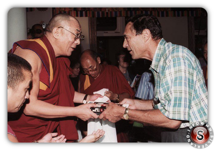 John Mack mentre offre al Dalai Lama una copia del suo libro Abduction: Human Encounters with Aliens (C) – by Carl Studna 1999