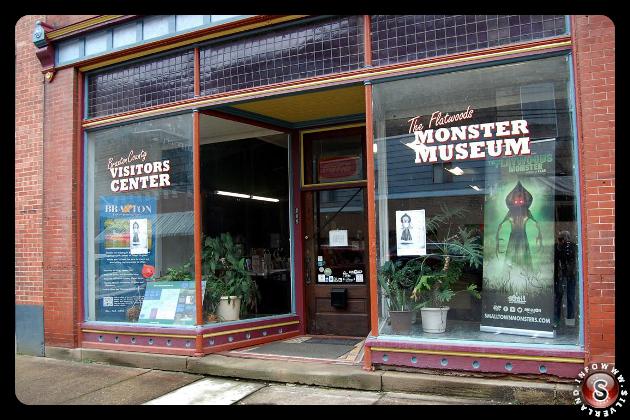 I visitatori provenienti da tutto il paese e dall'estero hanno visitato il Flatwoods Monster Museum al 208 Main St., Sutton. Il museo condivide lo spazio con il Braxton County Convention Visitors Bureau.