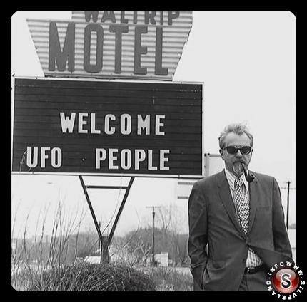 Dr. Allen Hynek di fronte a uno dei segni in Piedmont nel Marzo del 1973