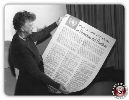 New York, 10 dicembre 1948, Eleanor Roosevelt tiene in mano la prima copia della Dichiarazione universale dei diritti dell'uomo.