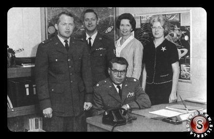 Lo staff del progetto Blue Book negli anni 60. Al centro, seduto, il generale Hector Quintillana, ultimo responsabile delle ricerche sugli Ufo.