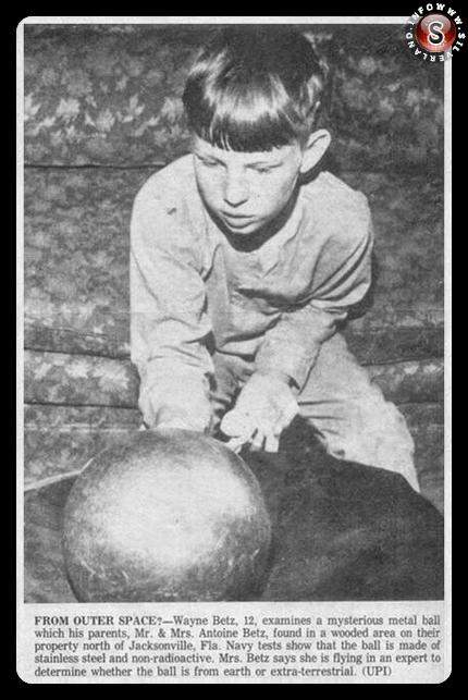 Waine Betz in presenza della sfera