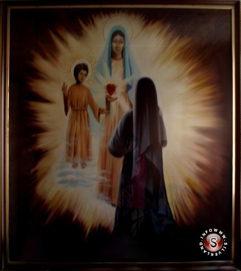 """L'apparizione di Pontevedra riprodotta in una pittura nella cappella all'interno di un edificio situato in una strada che oggi si chiama """"Sor Lucia"""" - Rielaborazione grafica Silverland"""