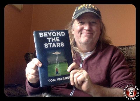 Una foto di Tom Warner con un suo disegno dell'oggetto che poi è diventata anche la copertina del libro.