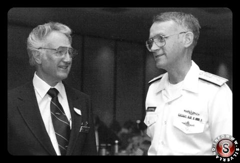 Bill Tompkins con il contrammiraglio Larry Marsh alla cerimonia di apertura della Rogue Valley Council Navy League