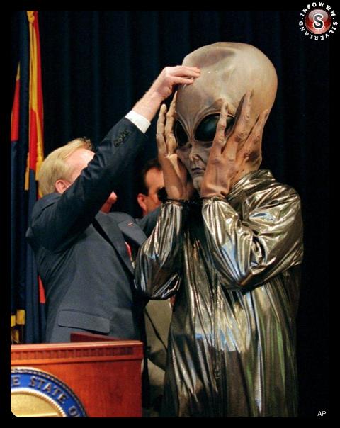 L'alieno presentato alla stampa dal governatore Fife Symigton a Phoenix  - Arizona