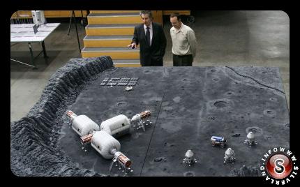 Robert Bigelow, a sinistra, mostra un modello di base lunare con gonfiabili