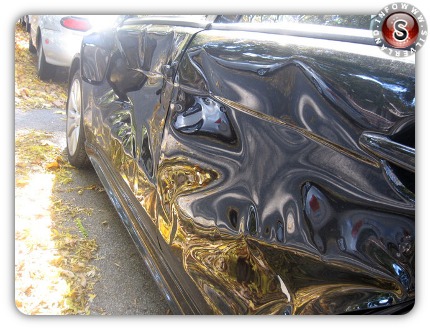 Le ammaccature sul lato dell'auto