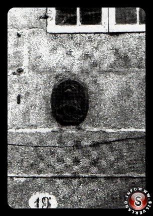 Secondo l'attuale proprietario dell'edificio, anche il numero 19 apparteneva alla congregazione Dorotea. Dal 2001, una medaglia raffigurante il Sacro Cuore, è incastonata nel muro.