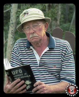 Charles Hickson legge il libro UFO contact at Pascagoula