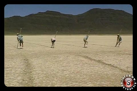 Quattro artisti lavorano in tandem per scolpire linee sotto il caldo sole del deserto dell'Oregon