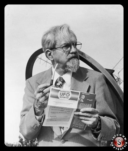 """L'esperto UFO Dr. Josef Allen Hynek tiene una pipa e uno dei suoi editoriali di riviste mentre funge da consulente tecnico per il film, """"Incontri ravvicinati del terzo tipo""""."""