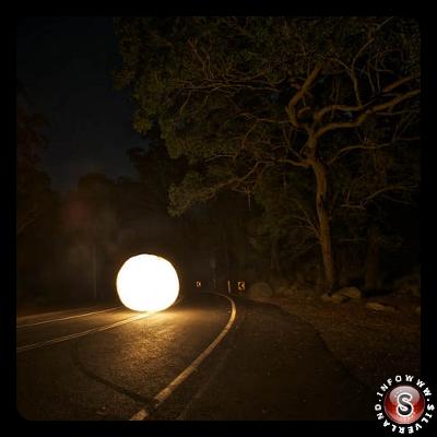 Strana luce in strada