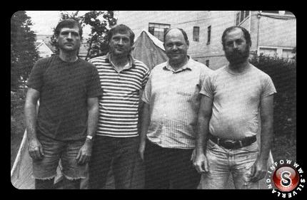 Jack e Jim Weiner , Charlie Foltz e Chuck Rak nel 1993 , 17 anni dopo la loro esperienza del rapimento.