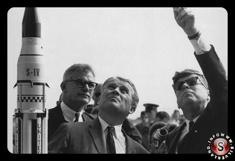 Wernher von Braun spiega il sistema di lancio Saturno al presidente John F. Kennedy a Cape Canaveral, Florida 16/11/1963.