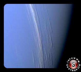 Una scia di nubi d'alta quota su Nettuno crea un'ombra sulla superficie di nubi sottostante.