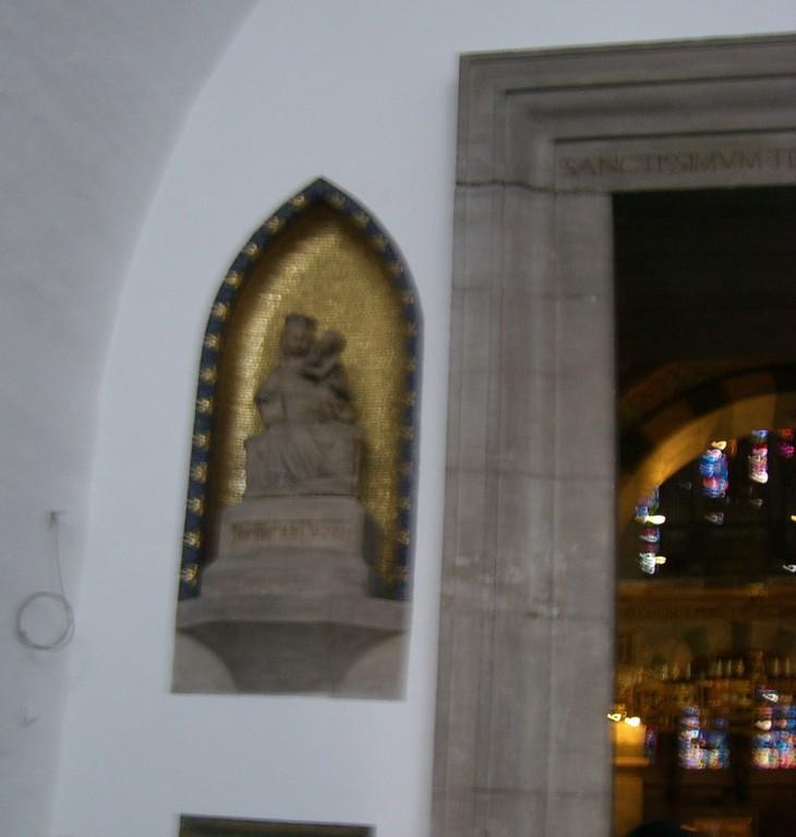 Im Eingang Muttergottes mit Kind - Alabaster lothringisch 4. Jahundert