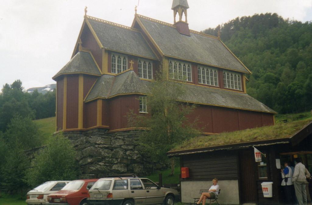 visavis der Stabkirche ein modernes Gotteshaus