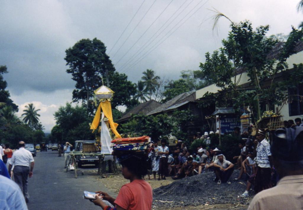 DerVerstorbene wird durch die Strassen getragen