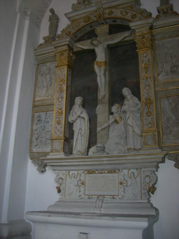 Gang zwischen St. Vitus und St.kirche Kreuzigung