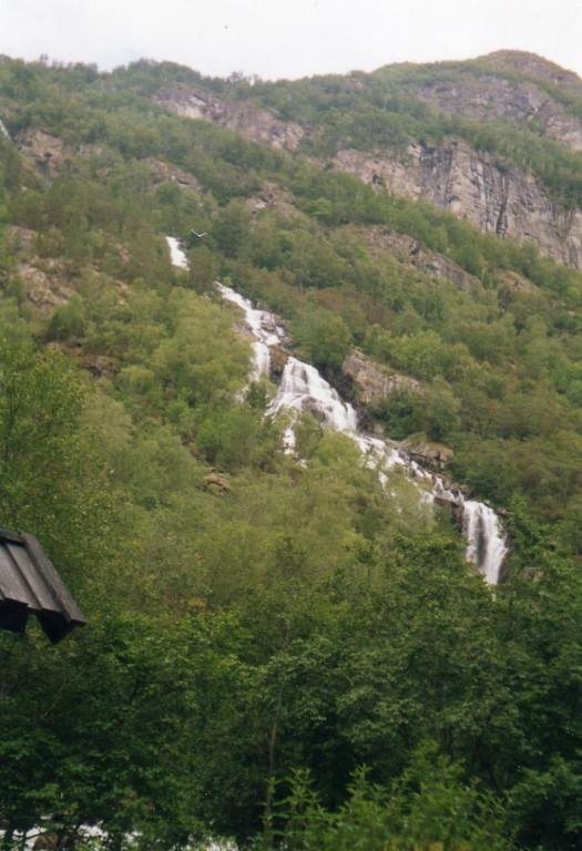 ein Wasserfall auf dem Weg nach Borgund