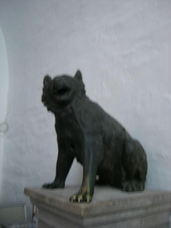 Im Eingang die Wölfin - römische Bärin 2. Jahrhundert