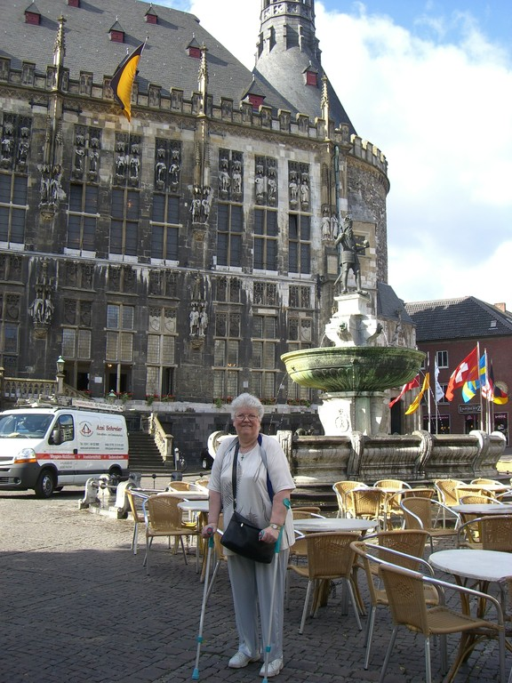 Karlsbrunnen und Rathaus