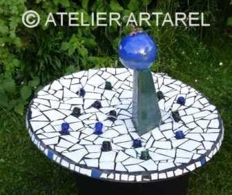 Wasserspiel mit Glas-, Fliesen-, Spiegelscherben sowie Glas- und Keramikobjekten
