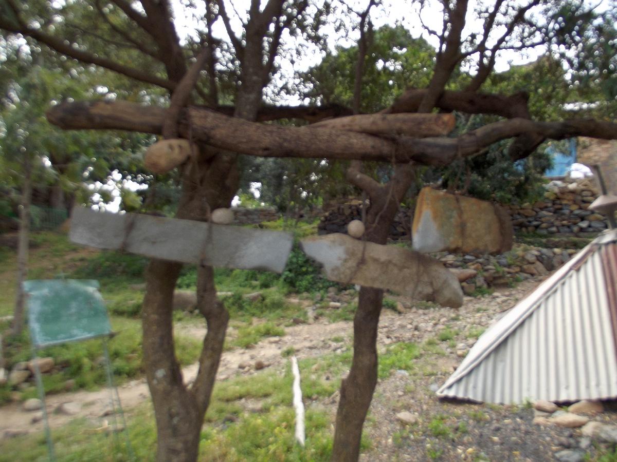 La cloche en pierre sonne l'office. Trek, randonnée et visite d'Axum en Ethiopie. Autour d'Axum. Le monastère St Pantalewon